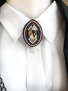 Odznaky/Brošne - korálková brošňa s hnedým kryštálom - 12382827_