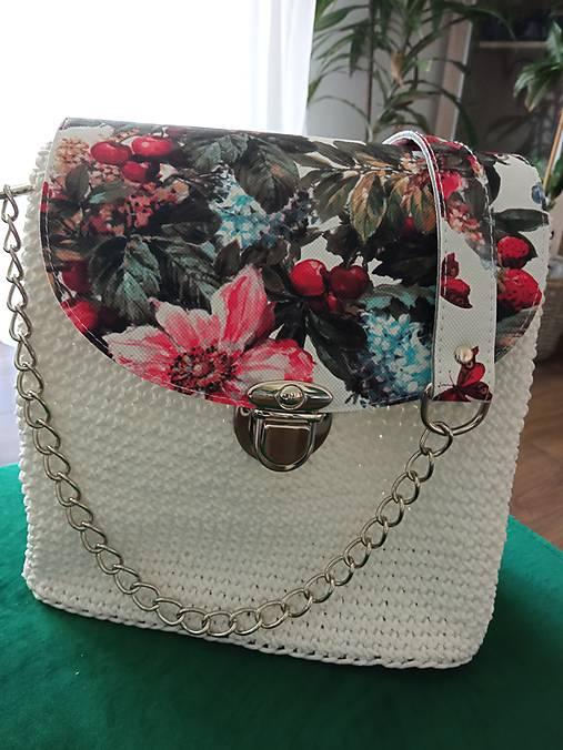 Kvetovaná biela kabelka