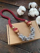 Náhrdelníky - Bordo-šedý náhrdelník s půlenými korálky - 12385363_