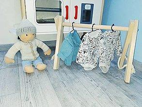 Hračky - Drevený stojan na oblečenie pre bábiku - 12386929_
