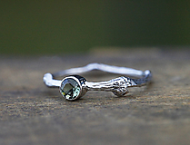 Prstene - Vetvičkový s brúseným vltavínom v bielom zlate - 12390396_