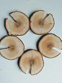 Dekorácie - Drevené plátky okrúhle s prasklinou - priemer cca 7 cm (s 1 prasklinou) - 12396728_