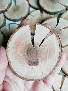 Dekorácie - Drevené plátky okrúhle s prasklinou - priemer cca 7 cm (s 2 prasklinami) - 12396735_