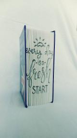 Dekorácie - Every day is a fresh start - nápis vyskladaný z knihy - 12396434_