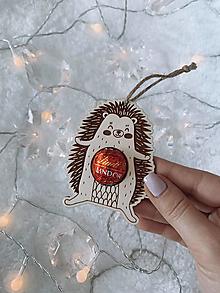 Dekorácie - Vianočná ozdoba salónka ježko - 12416894_