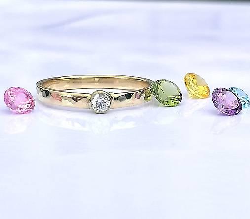 Prstene - Zlatý tepaný prsteň s diamatom 3mm, 0,1ct - 12414623_