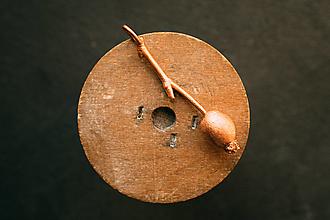 Náhrdelníky - Prívesok šípka na konáriku - 12420687_