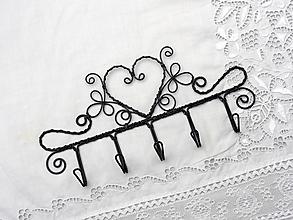 Nábytok - vešiak ...srdce v ornamente - 12425648_