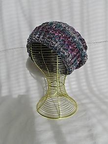 Čiapky - Strakatá háčkovaná čiapka - 12423487_