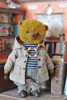 Dekorácie - Ručne šitý medvedík James s kufríkom - 12424336_