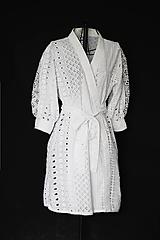 - Zavinovacie kaftanové šaty z bavlnenej vyšívanej madeiry - 12433636_