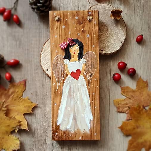 Maľovaný anjel na dreve- tmavovláska
