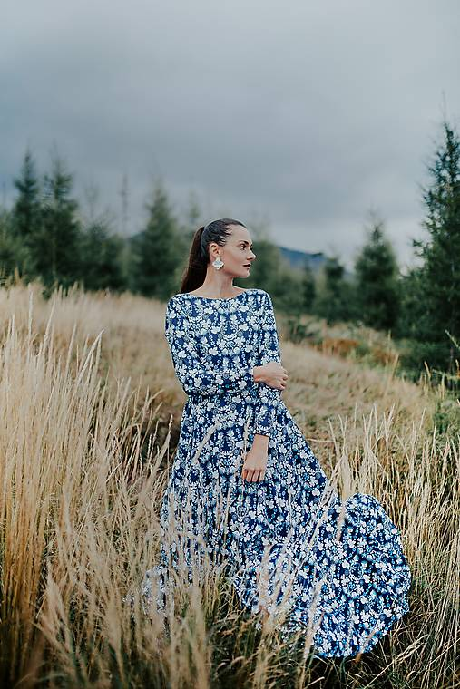 dlhé modré šaty potlač Sága krásy
