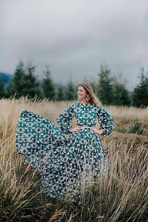 dlhé zelené šaty potlač Sága krásy