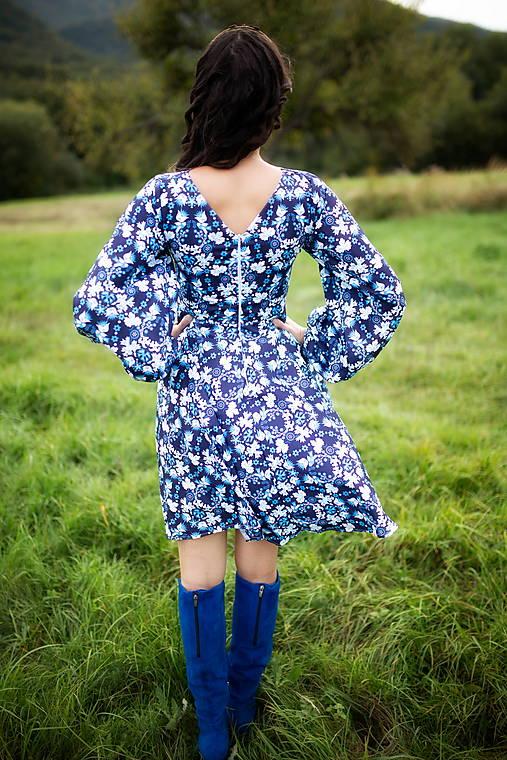 krátke šaty modré potlač Sága krásy