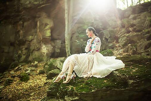 ružové plisované šaty Sága krásy