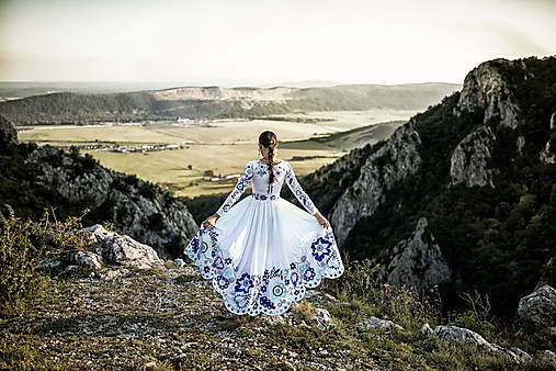 biele vyšívané šaty Sága krásy