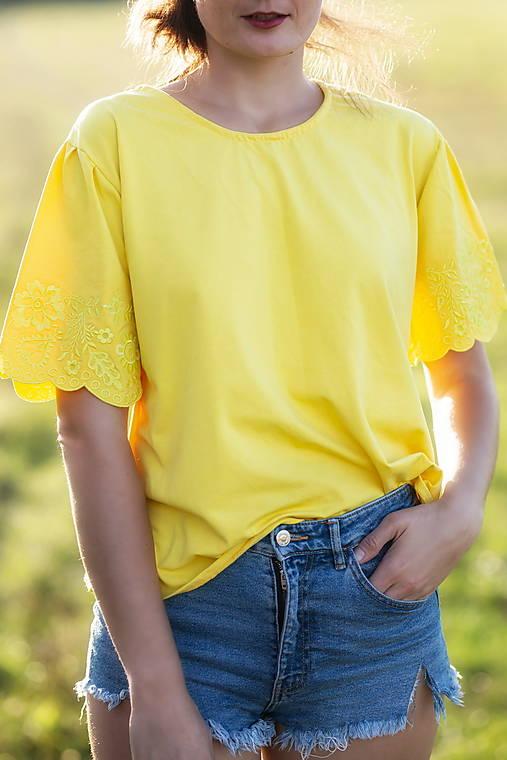 vyšívané tričko Sága krásy (38/40 - Žltá)