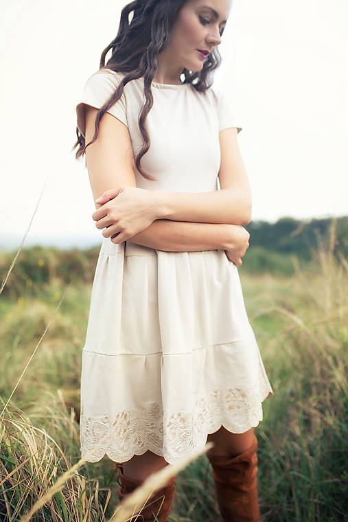 béžové krátke šaty Sága krásy