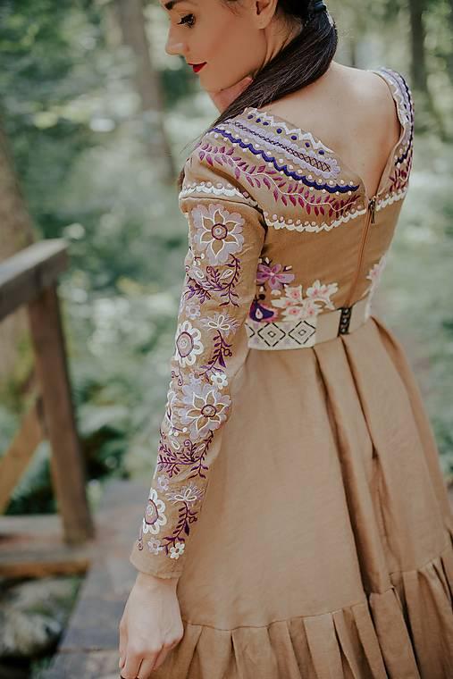 hnedé vyšívané šaty Sága krásy