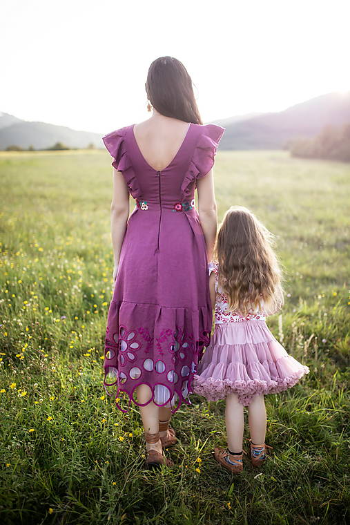fialové šaty Sága krásy