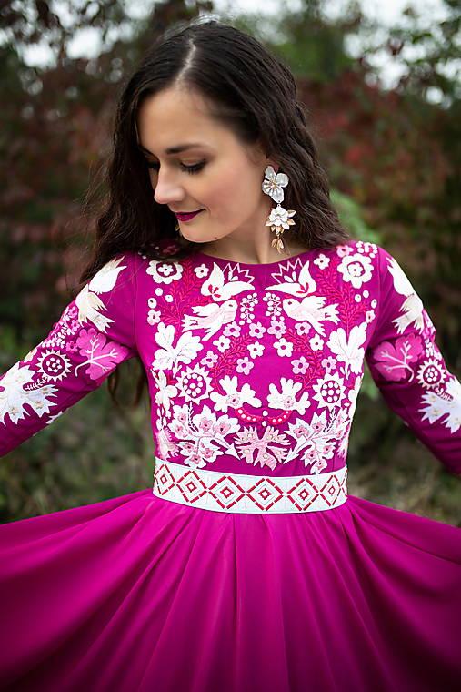 ružové vyšívané šaty Sága krásy