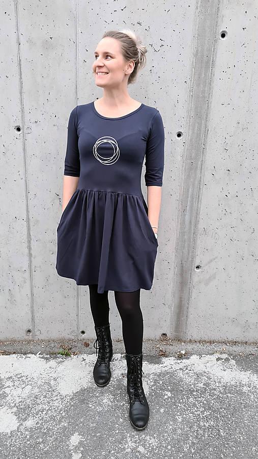 Šaty volánový strih M03 tmavomodrá, strieborné kruhy