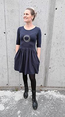 Šaty - Šaty volánový strih M03 tmavomodrá, strieborné kruhy - 12484073_