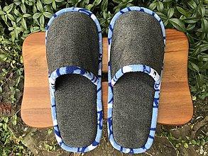 Obuv - Šedé papuče z poťahovky s modrým lemom - 12490520_