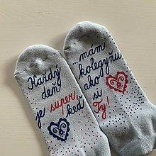 """Obuv - Maľované svetlomodré ponožky s nápisom: """" Každý deň je super, keď mám kolegyňu ako si Ty"""" - 12499255_"""