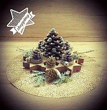 Svietidlá a sviečky - Vianočná adventná ikebana šišková - 12496727_