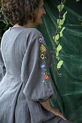 Šaty - Šedé ľanové  vyšívané šaty Pohorelské kvety - 12499352_