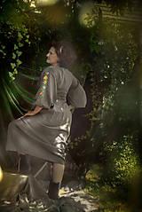 Šaty - Šedé ľanové  vyšívané šaty Pohorelské kvety - 12499362_