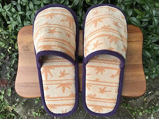 Oranžové papuče so vzorom a fialovým lemom