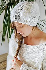 Čiapky - Ručne pletená hrubá vlnená čiapka s tkanou WALLART aplikáciou - 12514019_