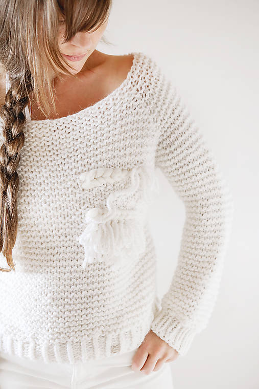 Svetre/Pulóvre - Ručne pletený hrubý vlnený sveter s tkanou WALLART aplikáciou - 12513876_