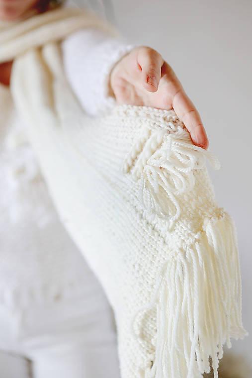 Šály - Ručne pletený hrubý vlnený šál, nákrčník s tkanou WALLART aplikáciou - 12514092_