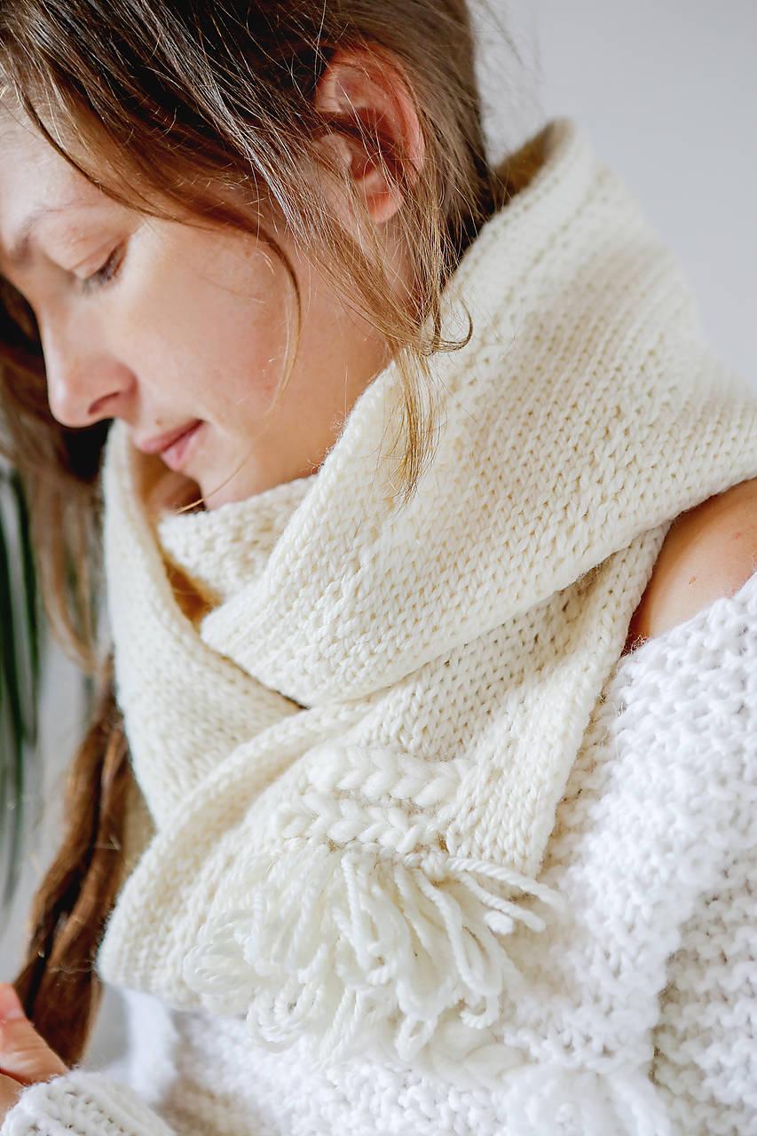 Ručne pletený hrubý vlnený šál, nákrčník s tkanou WALLART aplikáciou