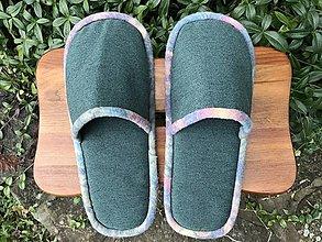 Obuv - Zelené poťahovkové papuče s pestrým lemom - 12520608_