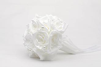 Kytice pre nevestu - Saténová kytica svadobná biela ruže a perly - 12523073_
