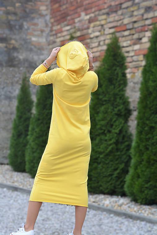 Teplákové šaty Clara Melyn s kapucňou a predĺženým rukávom