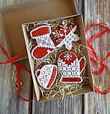 Dekorácie - Vianočné perníky veľké s červeným podkladom (V darčekovej krabičke) - 12531126_