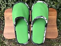 Obuv - Zelené papuče s čiernobielym lemom - 12537588_