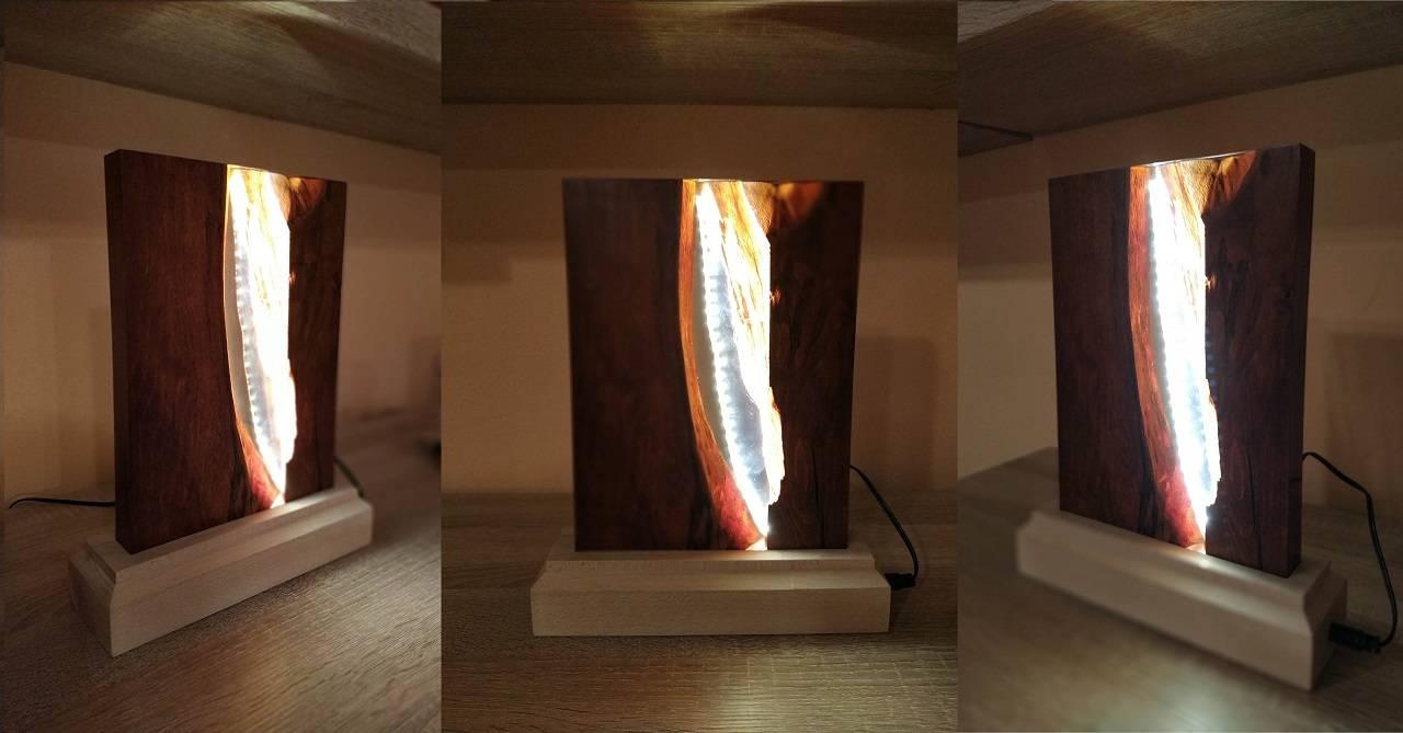 Stolná lampa vyrobená z dreva a epoxidu