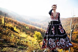 Šaty - čierne vyšívany šaty Sága krásy - 12548605_