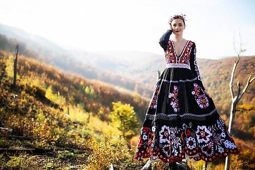 čierne vyšívané šaty Sága krásy