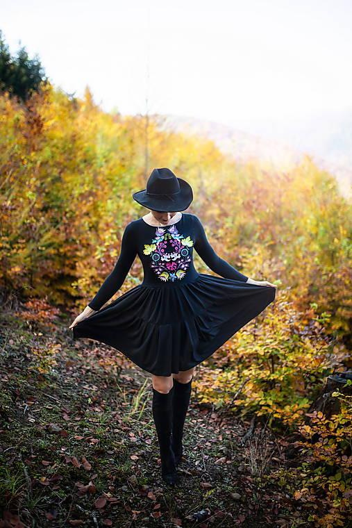 čierne úpletové šaty Sága krásy