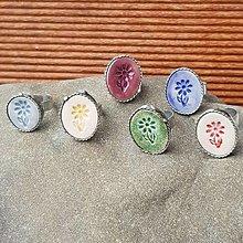Prstene - Cínovaný prsteň s keramickým očkom - Kvietok - 12555362_