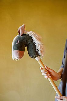 Hračky - Zamatový koník na paličke - 12556683_
