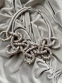 Náhrdelníky - Pošitý perličkami - uzlovaný - 12556660_